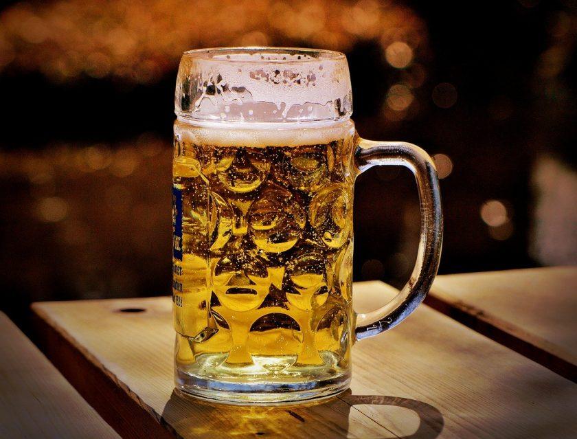 Versicherer muss für Bierglaswurf aufkommen