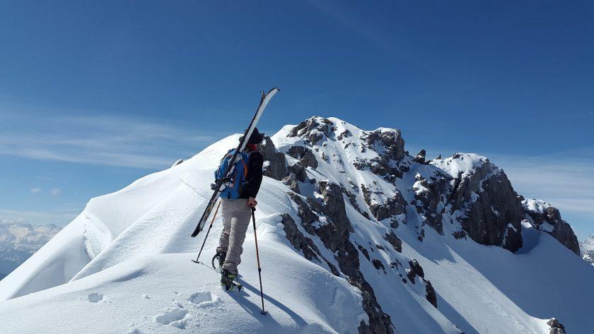 Urteil: Versicherer muss für Skiunfall auf Dienstreise zahlen