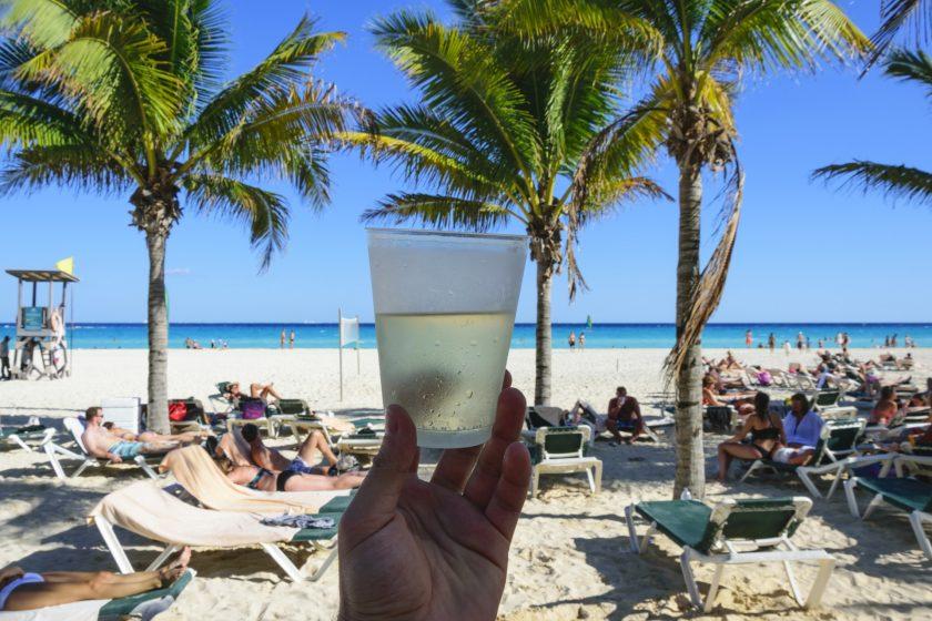 TUI bietet Corona-Versicherung und stellt Partyurlaube ein