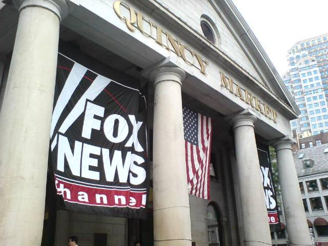 """Fox News soll für Falschbehauptung von """"gestohlener Wahl"""" Milliarden an Schadenersatz zahlen"""