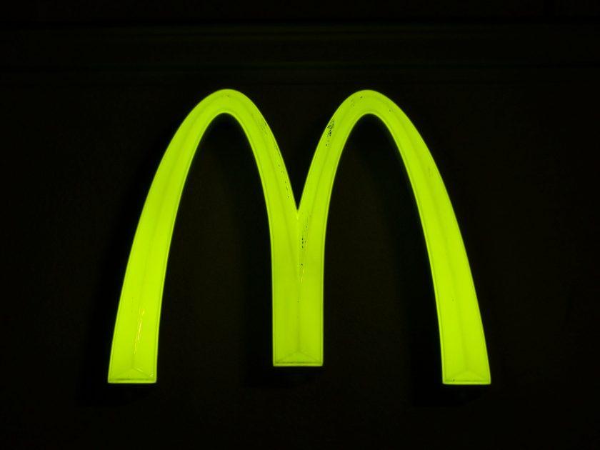 McDonalds gegen Ex-CEO: 42 Mio.-Dollar Klage wegen sexuellen Beziehungen zu Mitarbeitern zugelassen